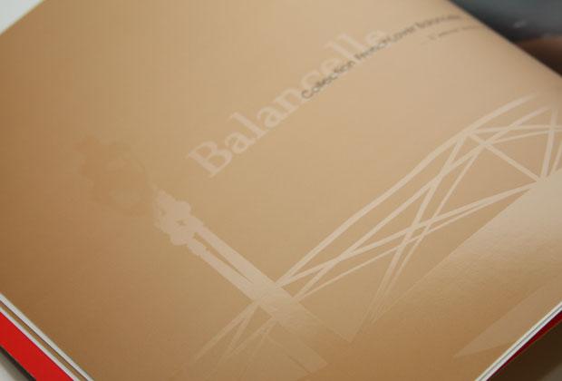 Brochure avec vernis sélectif sur fond marron clair