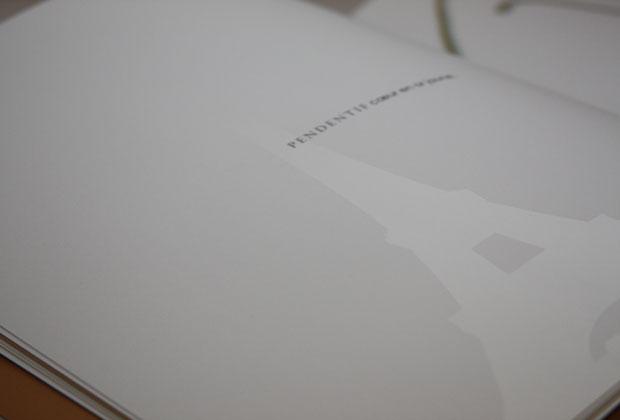 Brochure avec vernis sélectif sur fond blanc